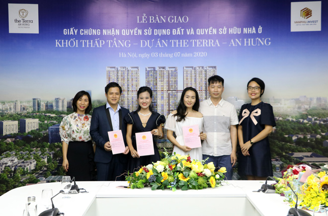 CdT-trao-chung-nhan-quyen-su-dung-dat-va-so-do-o-nha-pho-thuong-mai-the-terra-an-hung